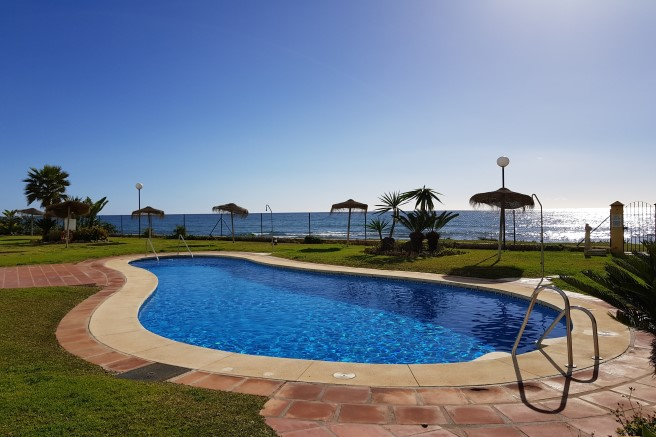 Frontline Beach Penthouse in Calahonda for sale at 318.500euros